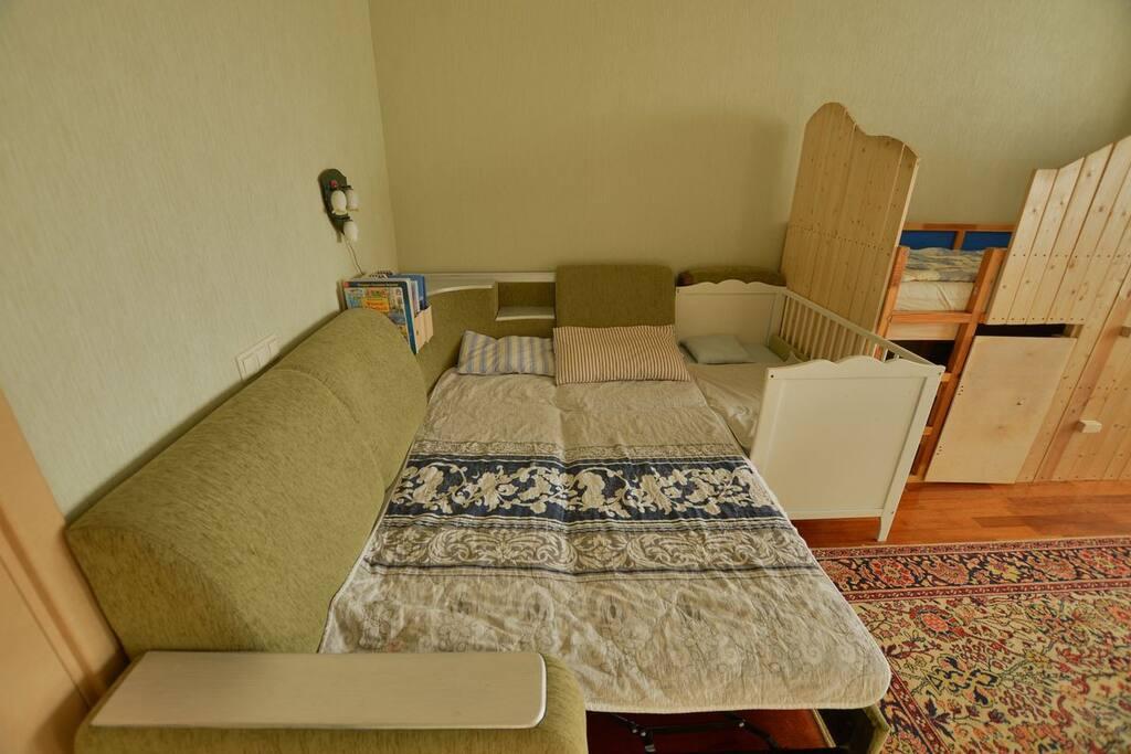 Диван-кровать, детская кроватка, кровать-антресоль.