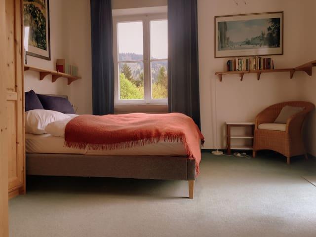 Schlafzimmer 1 mit Doppelbett 1.OG