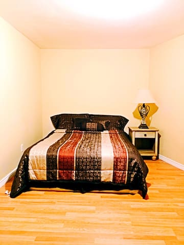 Cozy bedroom downstairs Broomfield - Broomfield - Talo