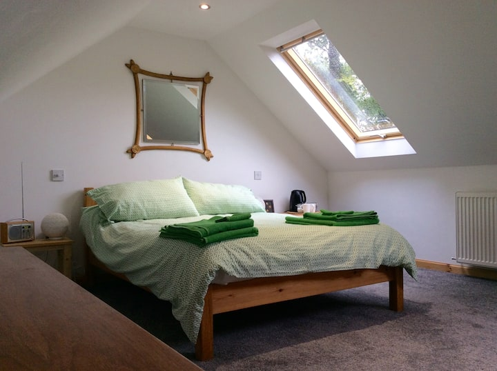 Fab double bedroom, en-suite and log fire lounge