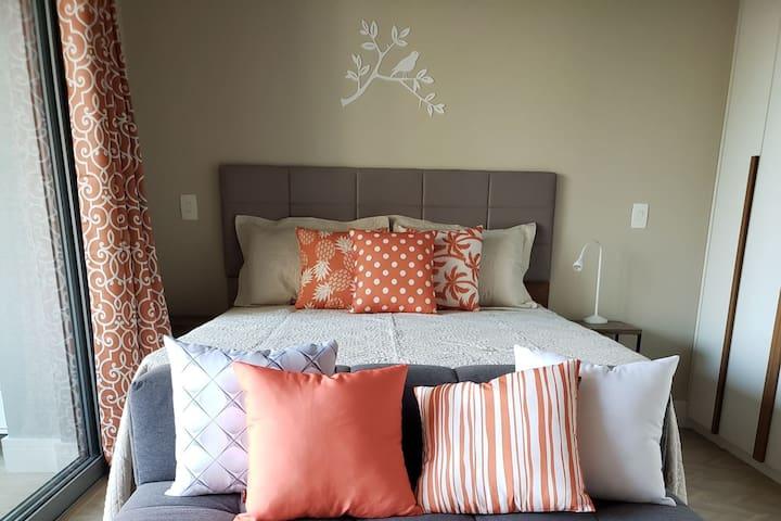 Charmoso quarto com cama queen.