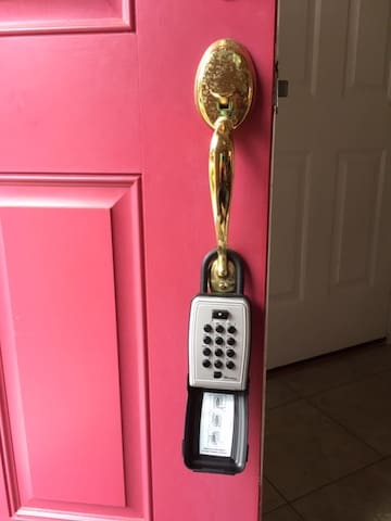 Lock box on the door allows for flexible check in times