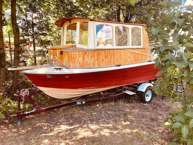 Ahoy! Inland boat stay @ our funky hidden spot!