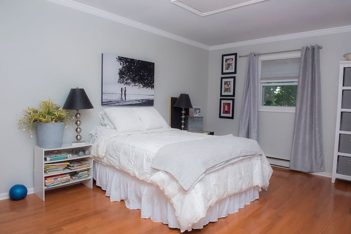 Huge bedroom close to downtown