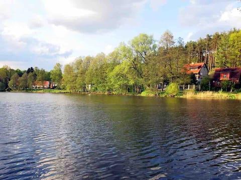 בית קסום ליד האגם עצמו.