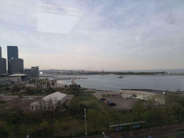 海港城,坐在客厅直接看海,看黄海之眼,看世帆赛基地,看帆船穿过黄海之眼驶向大海。