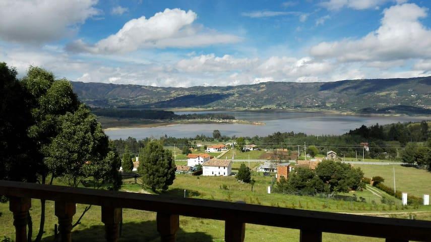 Casa campesina, vista a la laguna - Guatavita