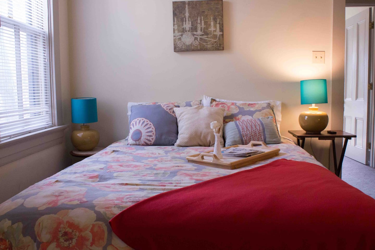 Welcome to The Victor Villa in the Benton Park neighborhood of St. Louis, MO! We are within walking distance of several local restaurants, the Anheuser-Busch Brewery and antique shops! We'd love to have you stay in our cute and cozy home:)