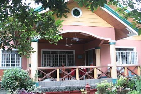 Orchard Vacation Home, Pila Laguna - Pila