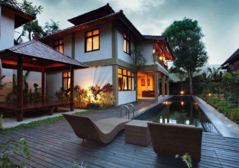 Sunnyside residence seminyak family room h tels de for Terrace 8 residence kuta
