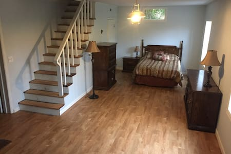 Large, Private, Comfy Space near Airport and Mtns - Maryville