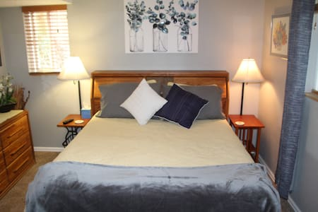 *Gorgeous queen room, new bath, close to Red Rocks