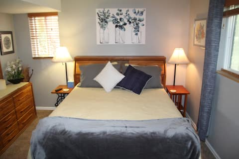 *Lovely* queen room, new bath, close to Red Rocks