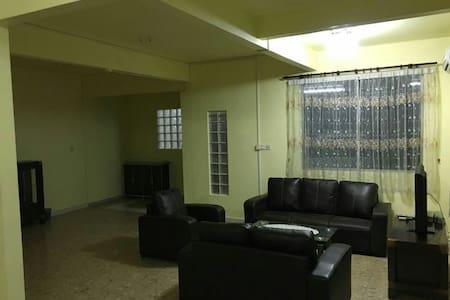 Wonderful Home stay Semi detached - Labuan - Hus