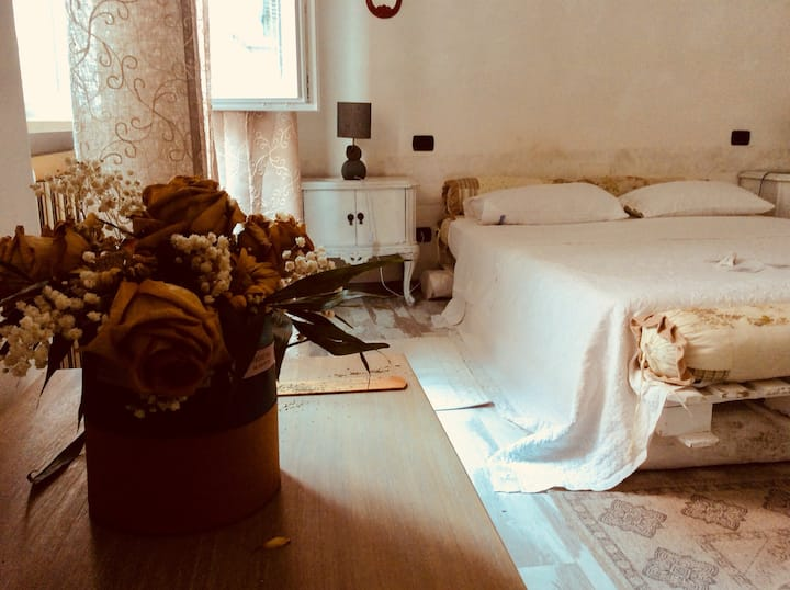 Matrimoniale shabby .......camera in stile shabby pavimento in parquet , letto di bancali comodissimo molto particolare costruito su tronchi di legno.