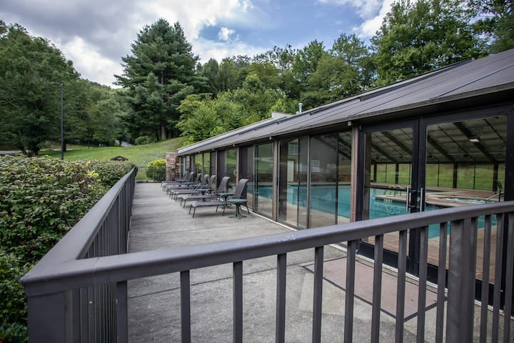 Mtn Home in Echota Community w/ Amenity Access, King Suite, Hot Tub, Pool Table