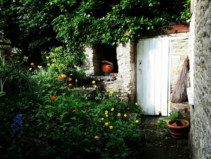 Rustic Cotswold stone cottage in Stonesfield