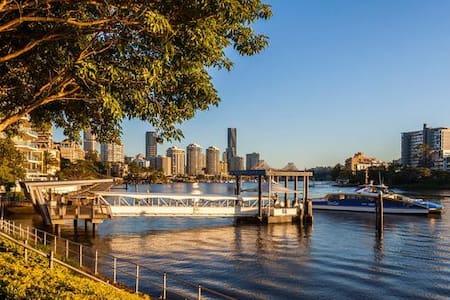 LIVING BY THE BRISBANE RIVER. 2BR+ 1.5Bath+Balcony - Kangaroo Point