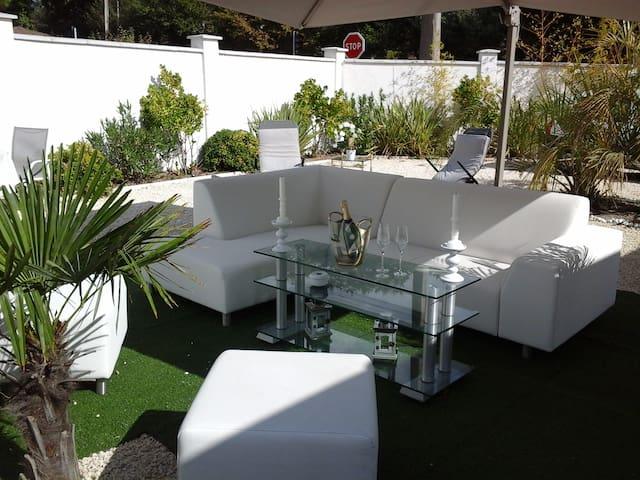 Chambre au calme avec terrasse, à la semaine