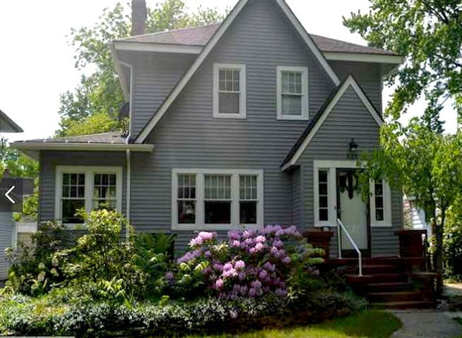 Craftsman Cottage in Cozy West Side Neighborhood - Lansing - Rumah
