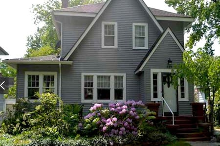 Craftsman Cottage in Cozy West Side Neighborhood - Lansing - Casa