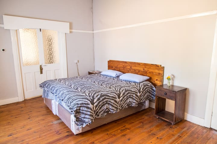 Home away from home houses for rent in bulawayo for Bedroom furniture zimbabwe
