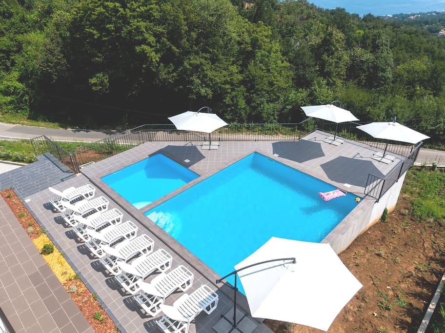 Pogled iz zraka na terasu s bazenima