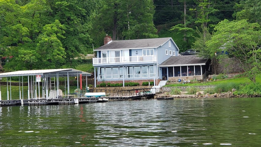 Craig's Place- Charming 3 Bed 3 Bath Lakfront Home