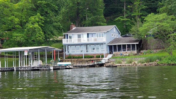 Craig's Place-Charming 3 Bed 3 Bath Lakefront Home