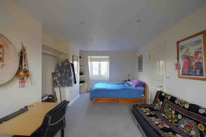 Extra large double room in Hackney home