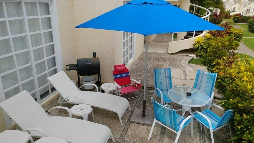 terraza con asador y 2 sillas para playa