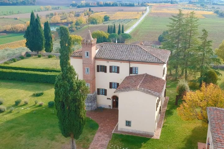 Antique villa 9 apartments & pool in Chianti