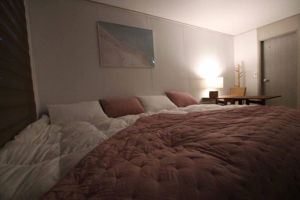 3명이 사용해도 충분한 300 cm 침구입니다. This bed is available for 3 people