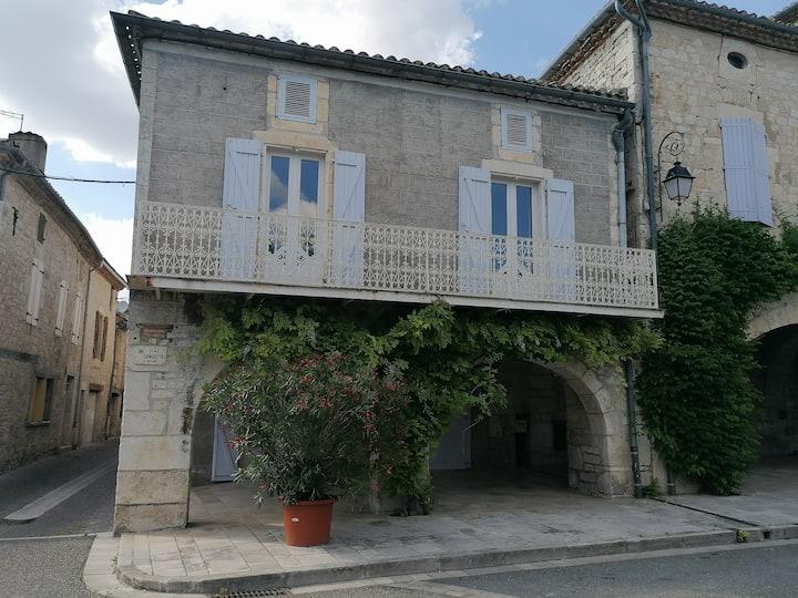 Cahors Sud : Maison avec vue sur place du village