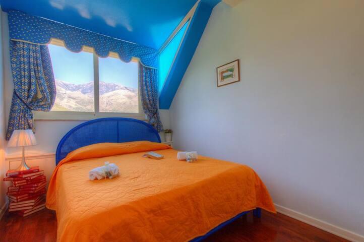 Camera da letto con vista monte redentore (1250mt)