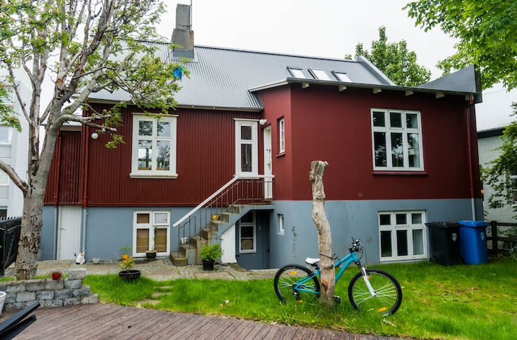 Bright and cozy room close to Reykjavik harbor