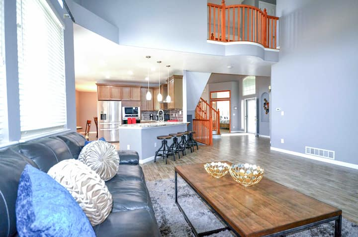 *NEW REMODEL! 7bdrms/5baths/King beds/3Living Rms!