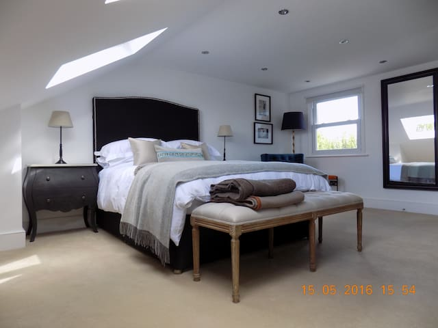 Modern loft suite - Kingston upon Thames