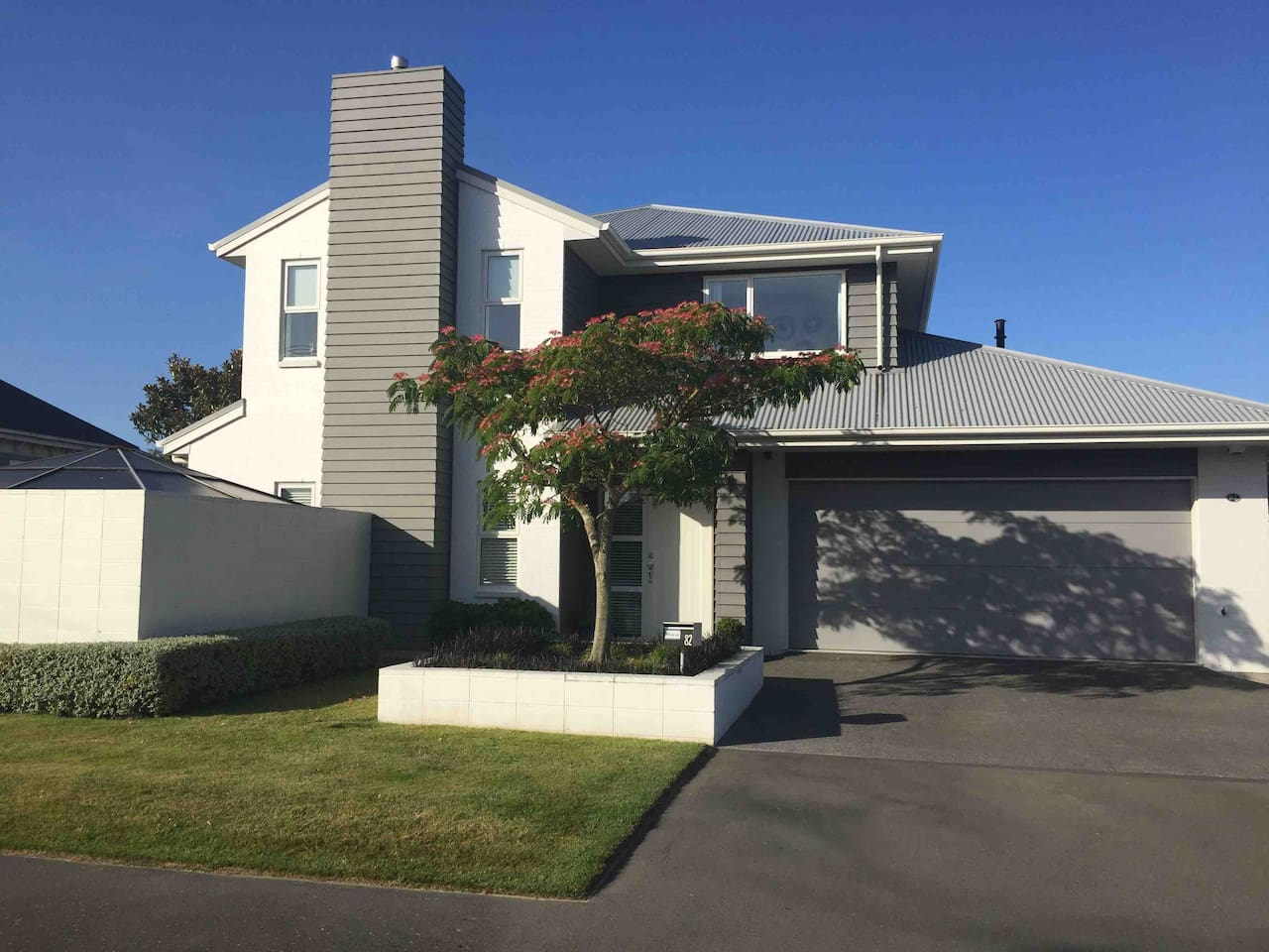 Light and Bright 4 Bed, 2 bath, outside spa family home. Very safe and secure within 4 minute walk of large Christchurch Mall including new food court Langdons Quarter and Hoyts cinema. Kids can go to/from on their own without issue