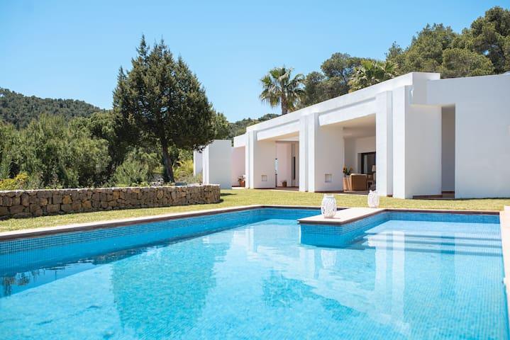 Charm villa with stunning sea views and big garden