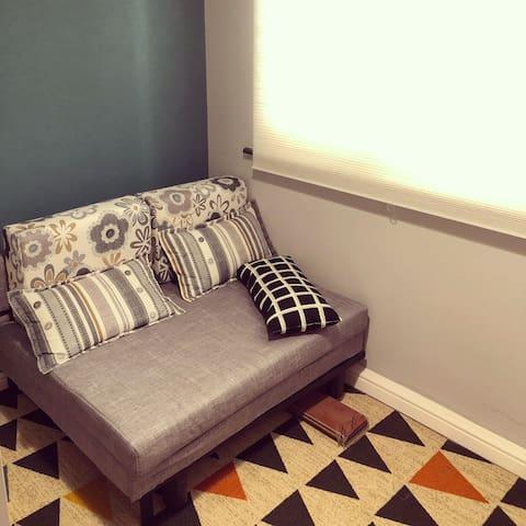 衣帽间内沙发床可以展开睡一个人