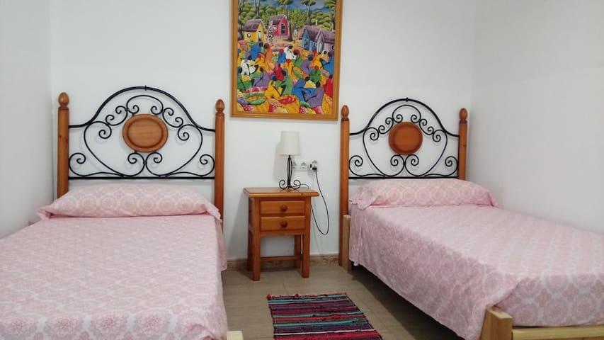 Habitacion 2 camas individuales con baño privado