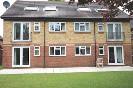 Bright and cosy top floor apartment with parking - Henley-on-Thames - Apartmen
