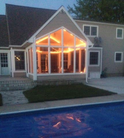 Bluffton Beach House + heated POOL - Muskegon - Casa