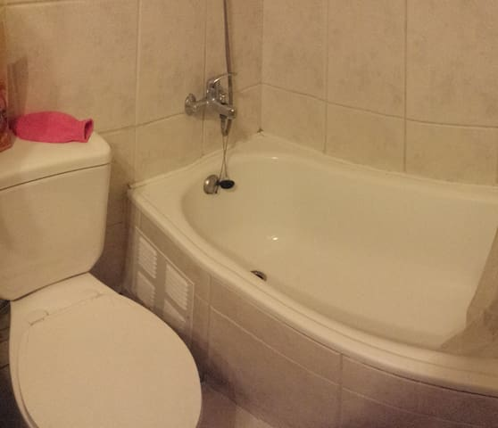 baño con tina pequeña