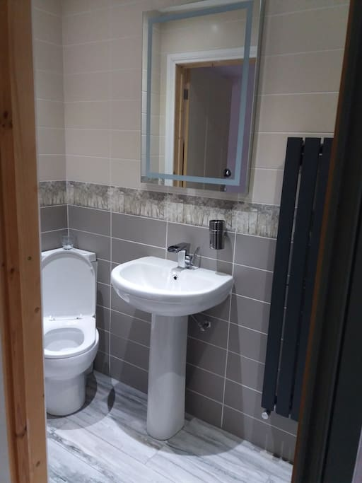 Both rooms have access to this en suite as well as 3 other toilets in the house and 2 other showers.