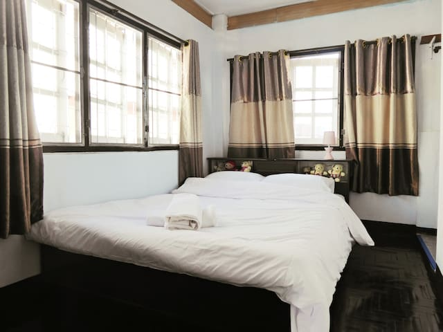 Family Penthouse (Pent-hut) in the Old City - Chiang Mai - Huis