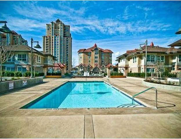 ByLake,Luxurious,Dwntwn!Pool/HTubBESTREVIEWS