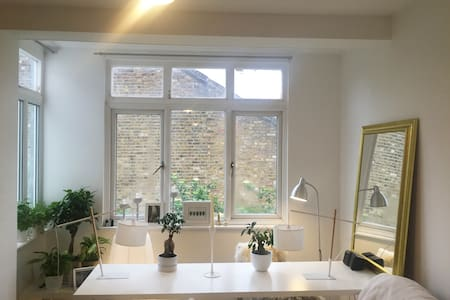 Bright, Cosy Studio with Great TFL Connections - Londra