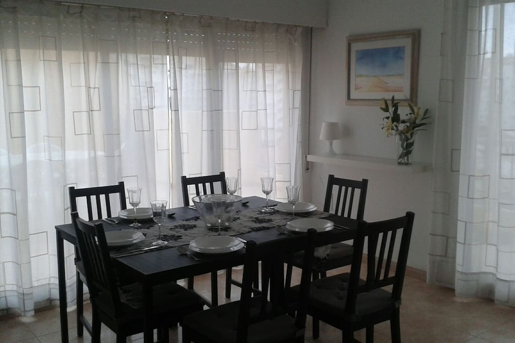 Comedor grande con dos mesas, que según disposición pueden llegar a juntar hasta 10 comensales.